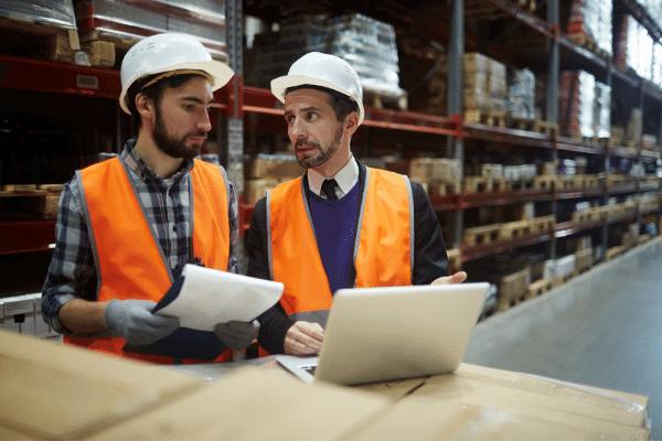 עובדים במפעל עם כובעי עבודה עושים רישומים