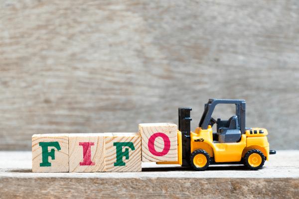 FIFO כתוב על קוביות וטרקטור מרים אותם