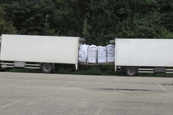 העברה ממשאת למשאית שרשרת אספקה של ציוד וקרטונים